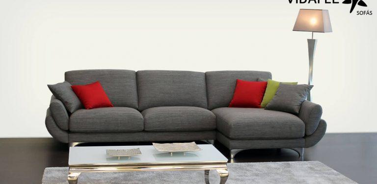 Sofá en Tela, brazos curvos, respaldo recto, patas metálicas, muy cómodo, de diseño, cheslon, cheslong, chaise longue