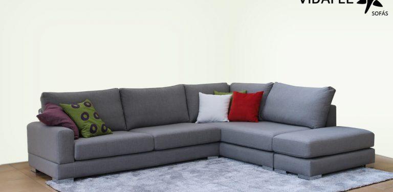Sofá rinconera en Tela, respaldo liso, respaldo bajo, de diseño, muy cómodo, moderno, pata metálica, brazo recto, asiento deslizantes, asientos extraíbles, puff