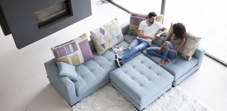 Sofá modular en tela, capitoné en asientos, los respaldos se pueden mover, diseño, cómodo, bonito, elegante, brazo recto, pata madera, puff