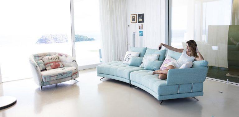 Sofá en tela pacific, Fama sofás, rinconera, chaise longue, cheslon, cheslong, pata madera alta, respaldo liso, respaldo bajo, cómodo, diseño, modular, calidad, elegante, sillón, You & Me, pata metálica alta