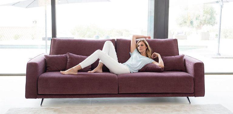 Sofá Boston de Fama Sofás. Sofá elegante, muy cómodo, de diseño, moderno, respaldo liso, patas metálicas.
