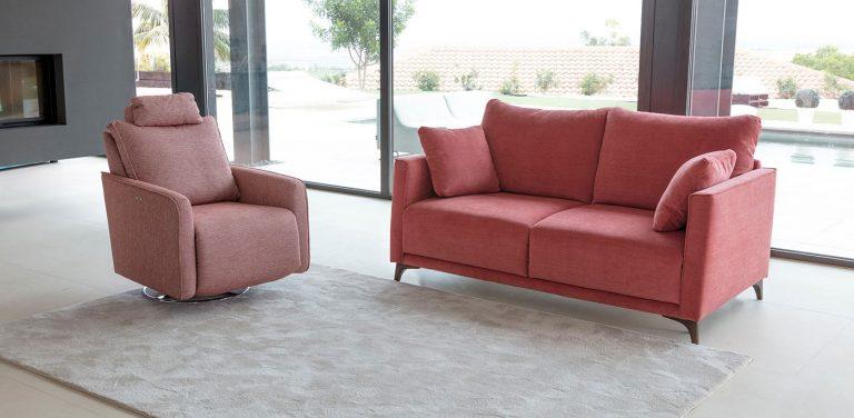 Sofá cama Dalí de Fama Sofás. Sofá elegante, muy cómodo, de diseño, moderno, respaldo liso, patas de madera.