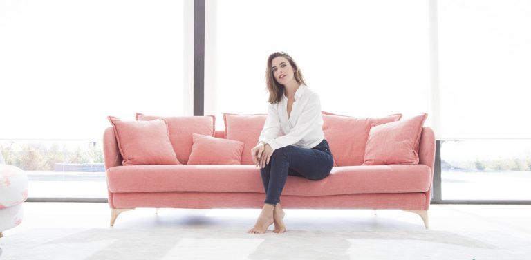 Sofá Nadine de Fama Sofás, sofá con pata alta de madera y respaldo estrecho, muy cómodo, sofá de diseño, sofá moderno