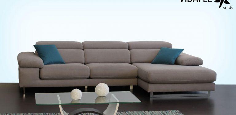 Sofá en tela, asientos deslizantes, asientos extraíbles, almohadilla de brazo, cabezal italiano abatible, patas metálicas altas, sofá de tres plazas, 3 plz, cheslon, cheslong, chaise longue