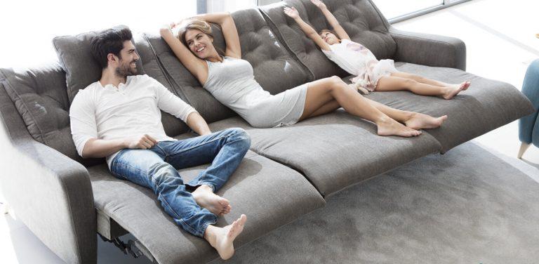 Sofá con tres relax modelo Avalon de Fama Sofás, sofá relax de pata alta y respaldo alto con capitoné, muy cómodo.