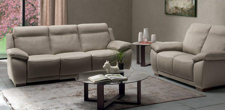 Sofá relax en piel Natuzzi, almohadilla de brazo y respaldos altos, patas de madera