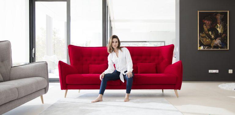 Sofá con capitoné moderno, de diseño, respaldo alto y pata alta de madera, muy cómodo, sofá Simone de Fama Sofás